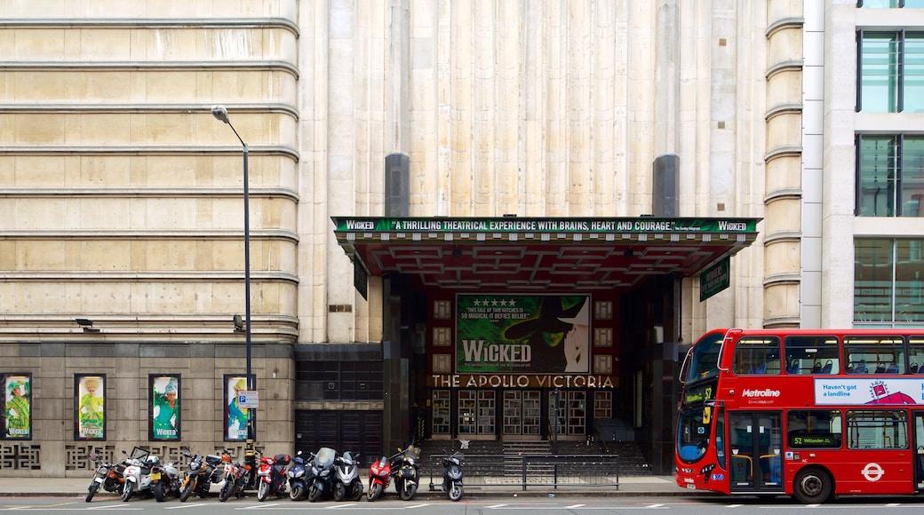 Apollo Victoria Theatre caracterizando arquitetura de patrimônio, sinalização e cenas de teatro