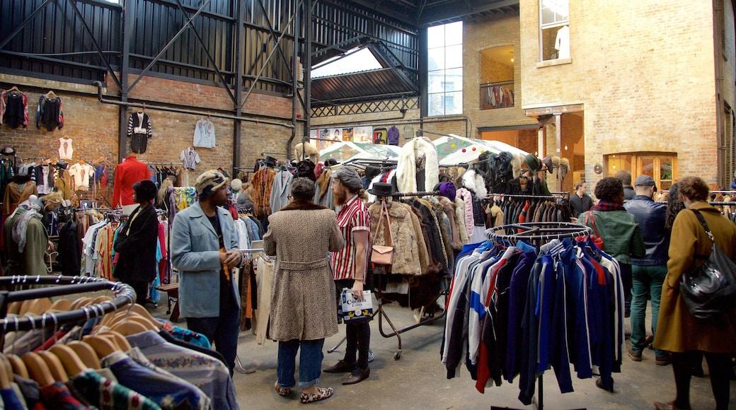 Old Spitalfields Market presenterar marknader och shopping såväl som en liten grupp av människor