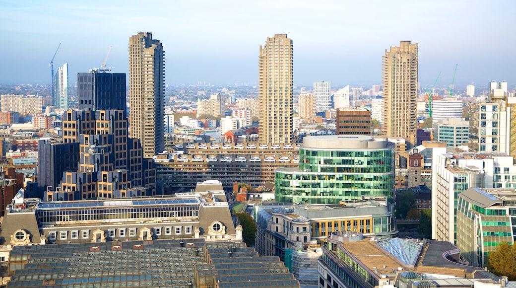 Barbican Arts Centre mostrando um arranha-céu, linha do horizonte e uma cidade