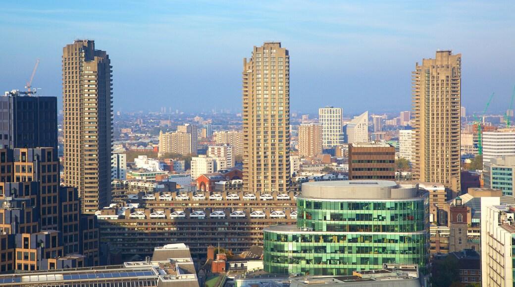 Barbican Arts Centre caracterizando linha do horizonte, uma cidade e um edifício