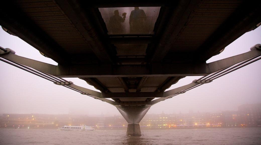 London Millennium Footbridge fasiliteter samt bro, tåke og elv eller bekk