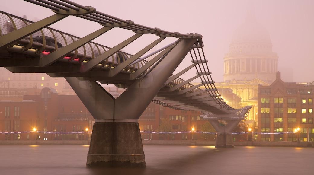London Millennium Footbridge som inkluderer bro, by og elv eller bekk