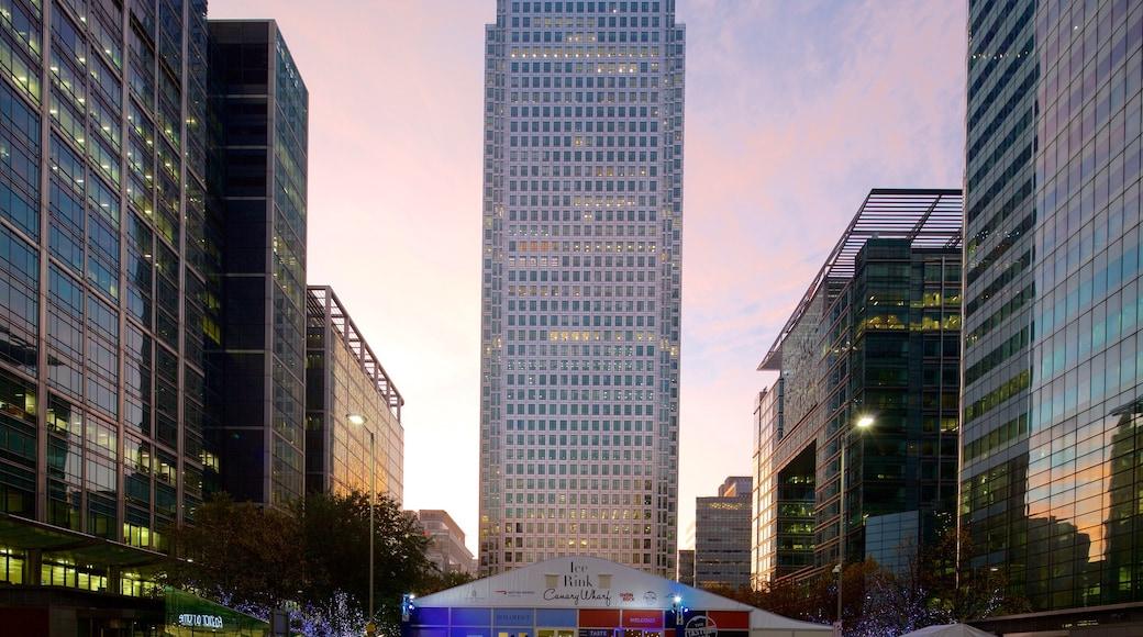 One Canada Square que inclui um pôr do sol, um arranha-céu e uma cidade