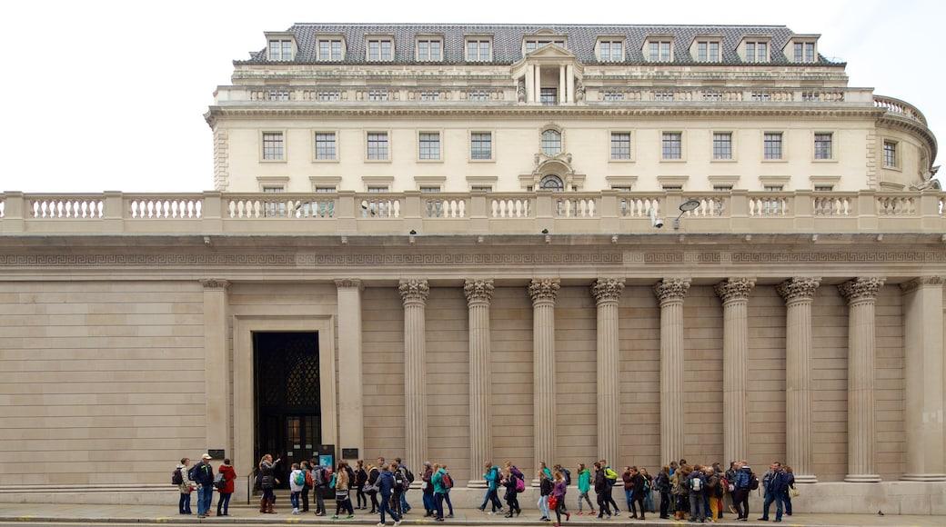 英國銀行博物館 呈现出 歷史建築 以及 一大群人