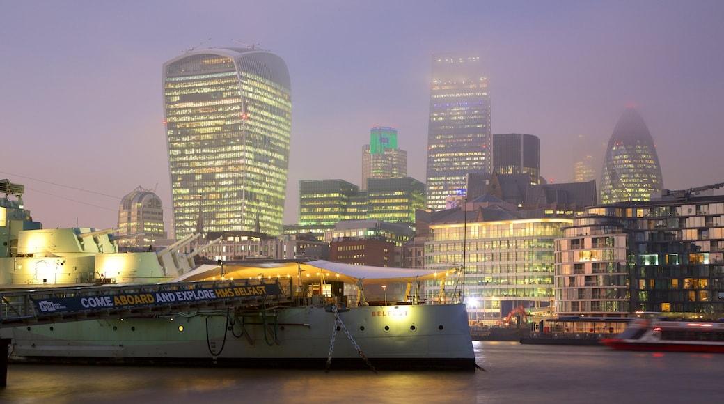 HMS Belfast som inkluderer nattbilder, silhuett og elv eller bekk