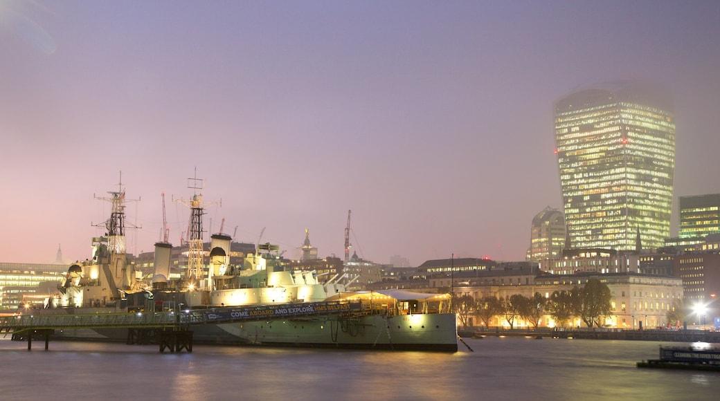 HMS Belfast som viser nattbilder, elv eller bekk og by