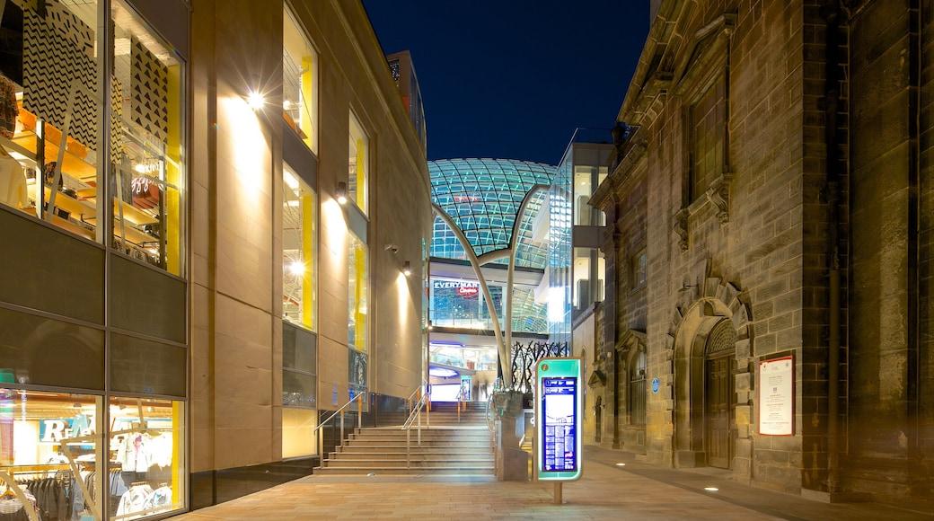 Centro comercial Trinity Leeds ofreciendo escenas urbanas, escenas nocturnas y elementos del patrimonio