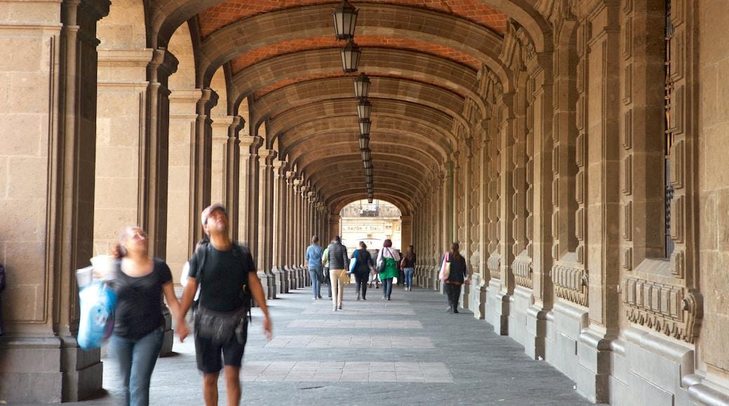 Zócalo mostrando patrimonio de arquitectura y también un pequeño grupo de personas