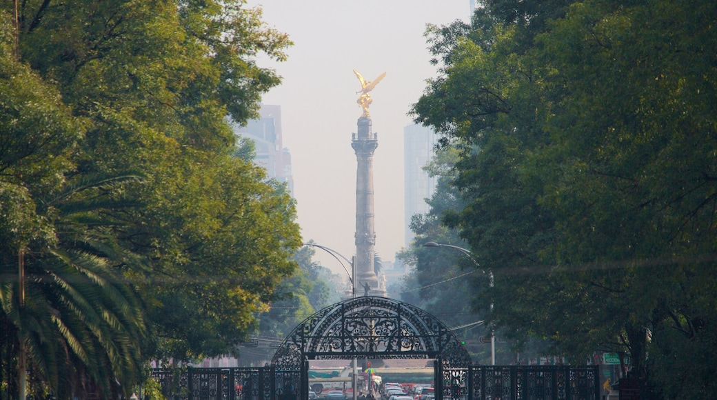 Reforma showing a monument and a park