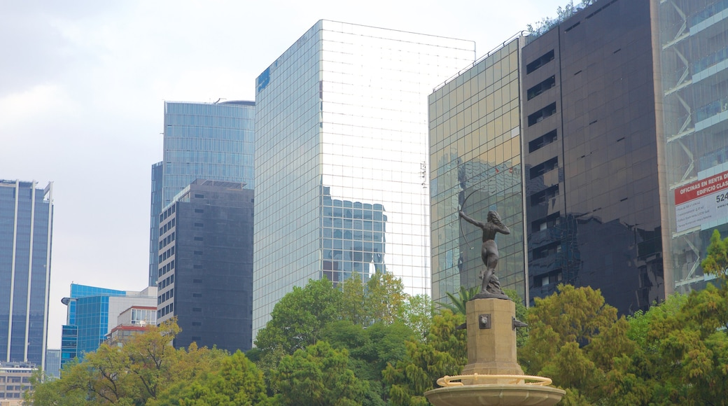 Reforma showing a city, a fountain and a statue or sculpture