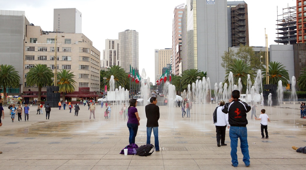 Reforma showing a fountain, a square or plaza and a city
