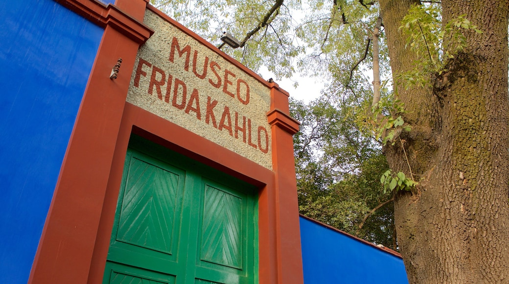 Museo Frida Kahlo which includes signage