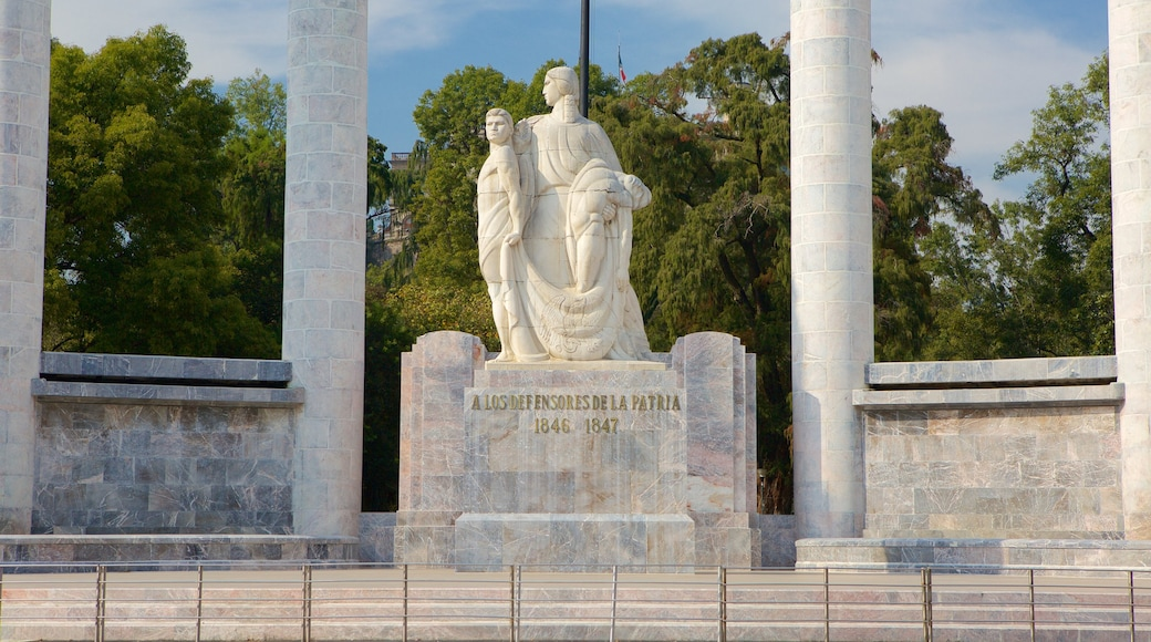 Monumento a los Ninos Heroes showing a square or plaza, a statue or sculpture and a monument