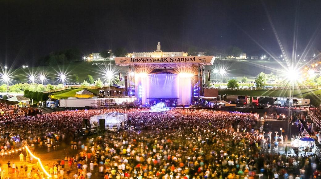 Hersheypark Stadium que inclui arte performática, cenas noturnas e música
