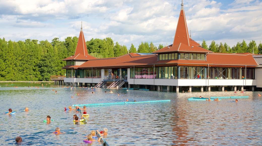 Lake Heviz welches beinhaltet Luxushotel oder Resort, See oder Wasserstelle und Schwimmen