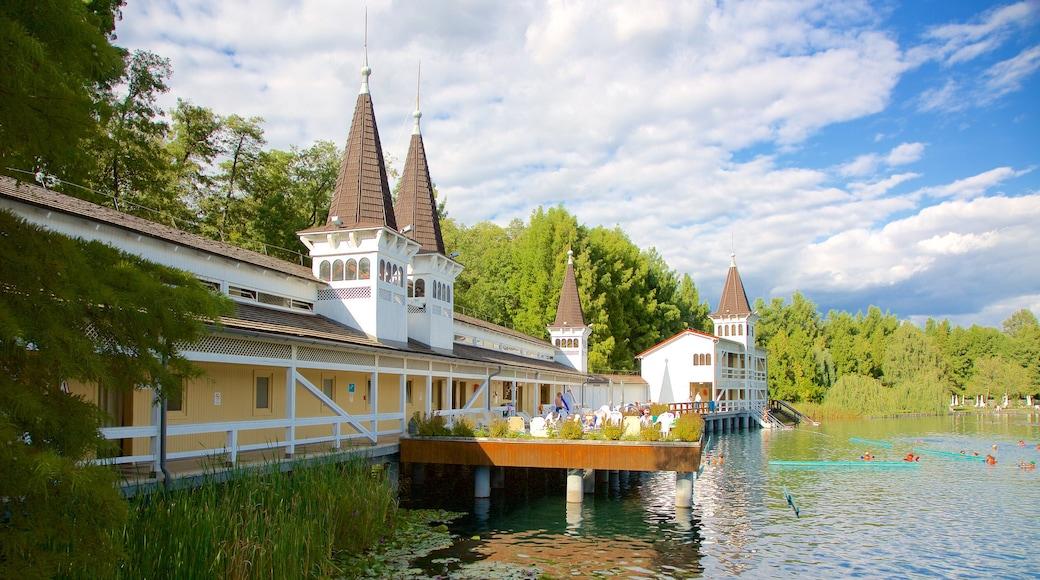 Lake Heviz welches beinhaltet See oder Wasserstelle und Luxushotel oder Resort