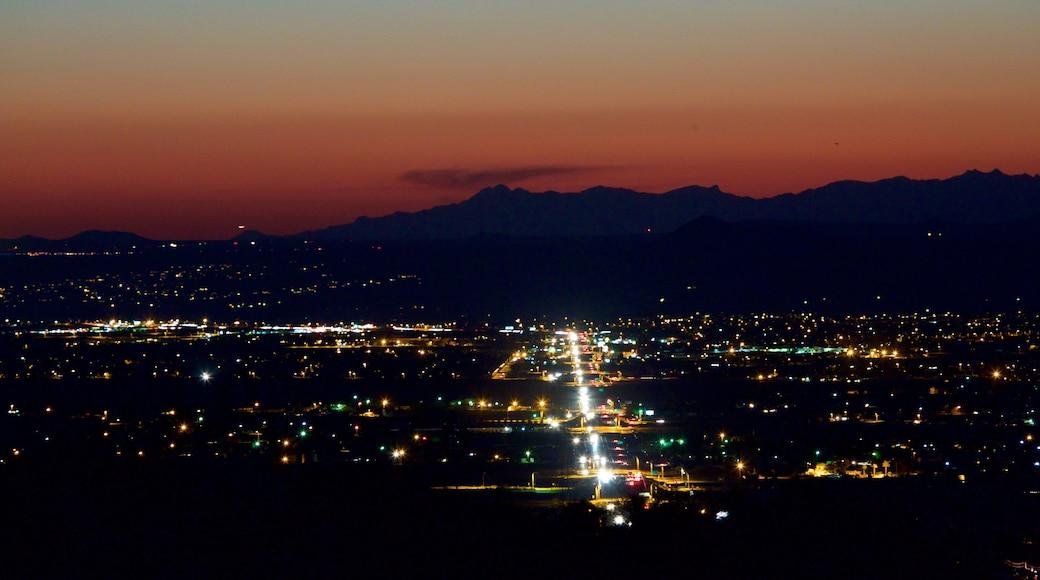Las Cruces ofreciendo una puesta de sol y una ciudad