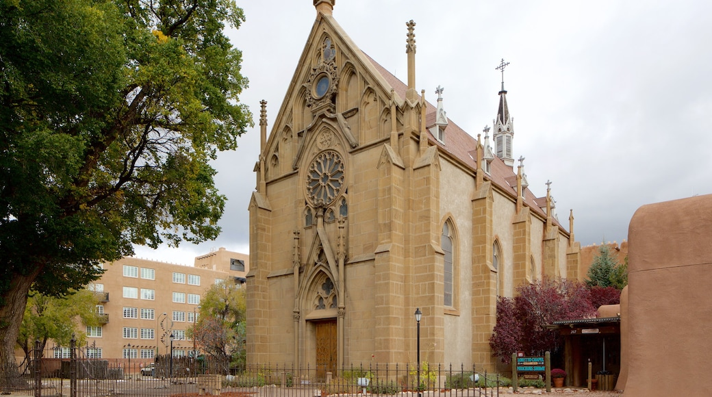 Loretto Chapel showing a church or cathedral