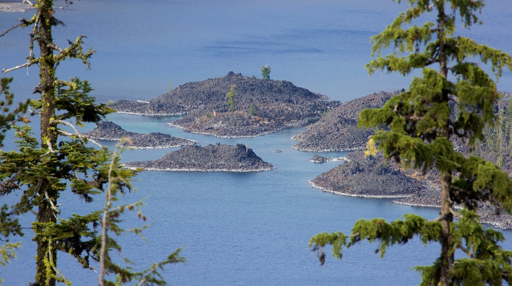 Crater Lake National Park showing a lake or waterhole and landscape views