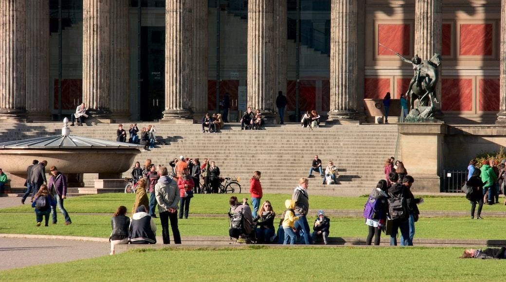 Museo Antiguo y también un gran grupo de personas