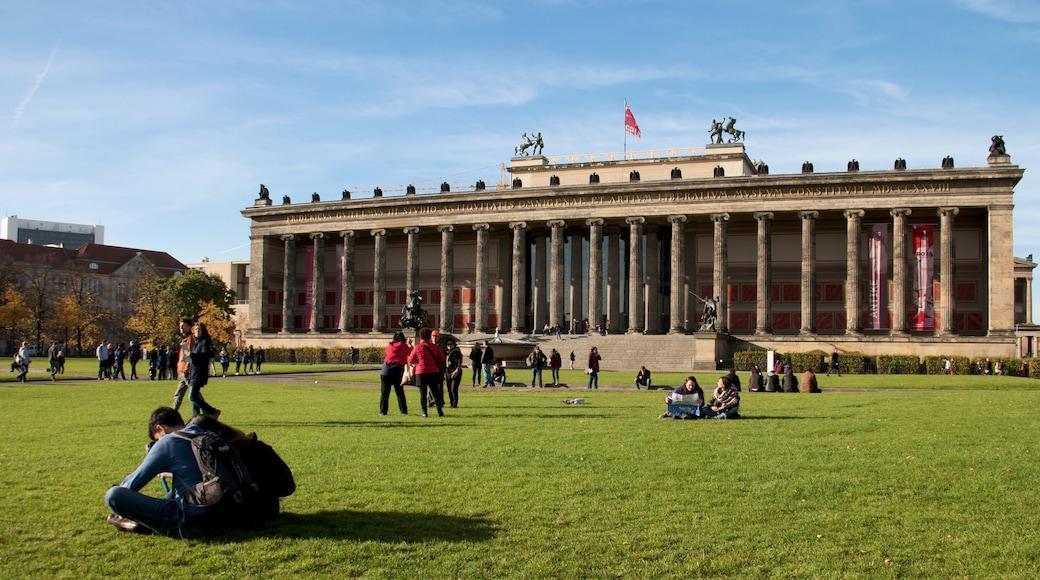 Museo Antiguo que incluye elementos patrimoniales y arquitectura patrimonial y también un gran grupo de personas
