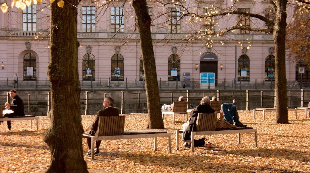 Museo Antiguo ofreciendo colores de otoño y un parque