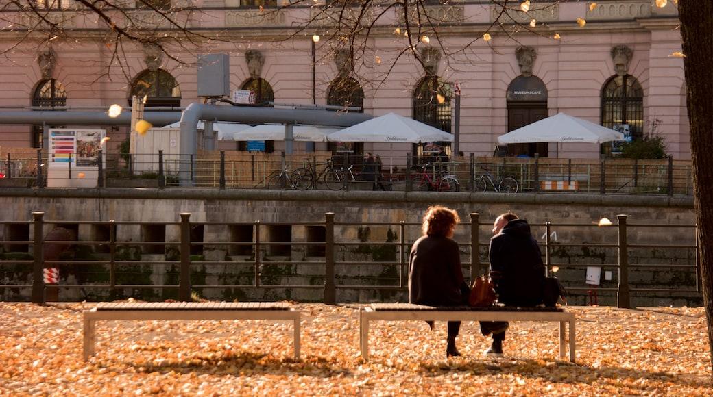 Museo Antiguo que incluye colores de otoño