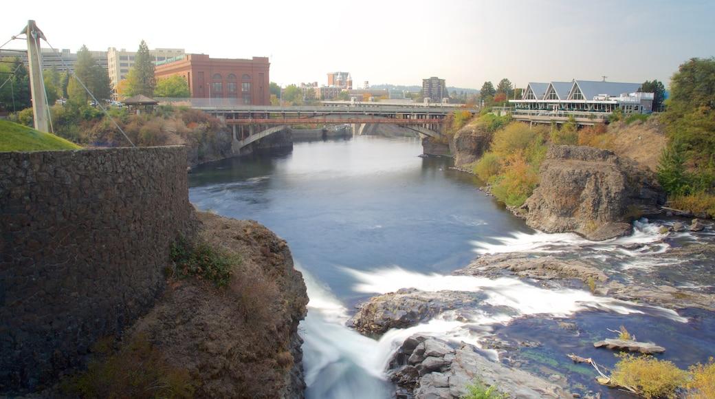 Riverfront Park joka esittää silta, vanha arkkitehtuuri ja joki tai puro