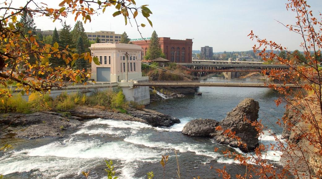 Riverfront Park joka esittää joki tai puro, vanha arkkitehtuuri ja silta