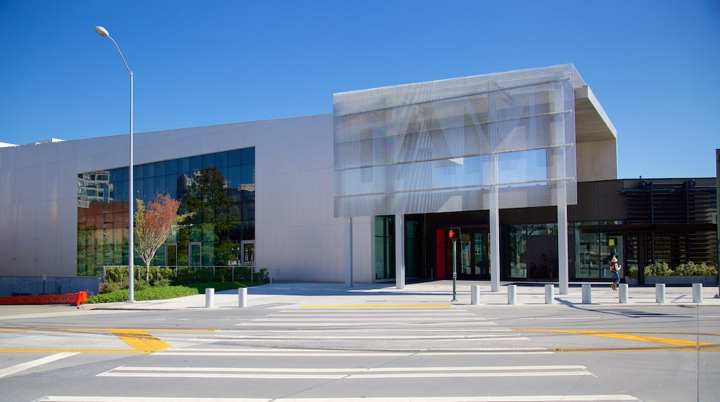 Tacoma Art Museum featuring street scenes and modern architecture