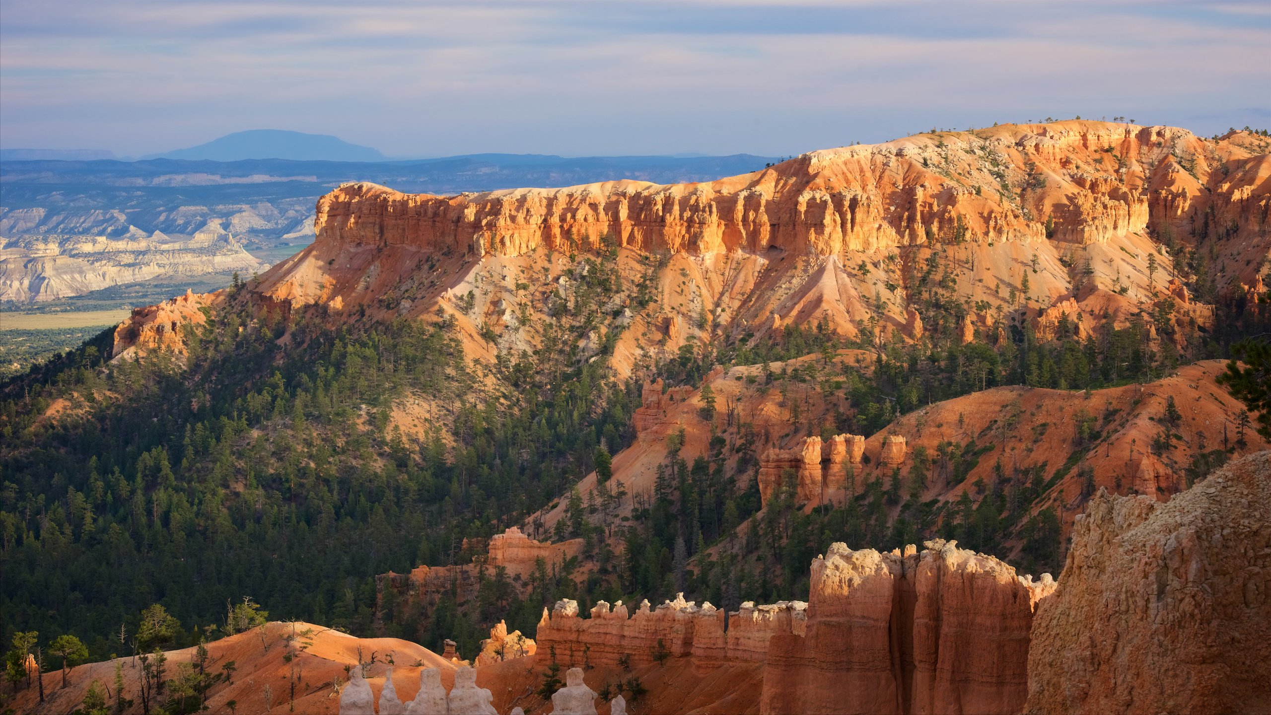 Explore the spectacular viewpoint between Inspiration and Sunrise points and see the Bryce Canyon amphitheater in all its brilliant colors.