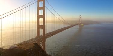 San Francisco das einen Bucht oder Hafen und Brücke