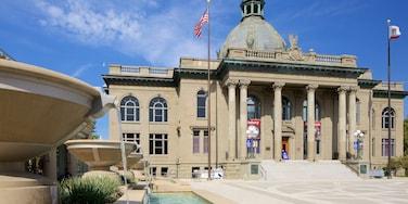 Redwood City welches beinhaltet historische Architektur, Springbrunnen und Verwaltungsgebäude