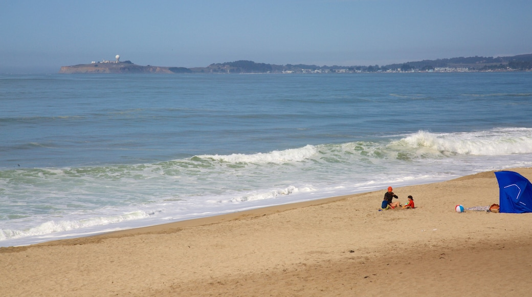 Half Moon Bay mit einem allgemeine Küstenansicht und Sandstrand sowie Kinder