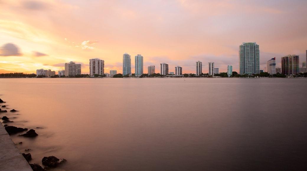 Miami inclusief skyline, een zonsondergang en een meer of poel