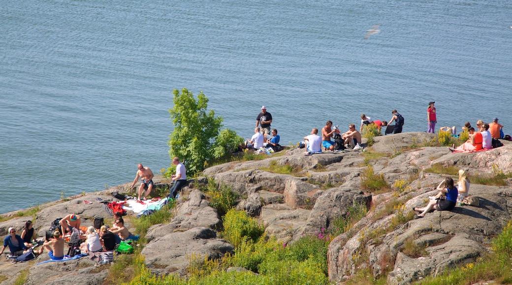 Festung Suomenlinna welches beinhaltet allgemeine Küstenansicht sowie große Menschengruppe