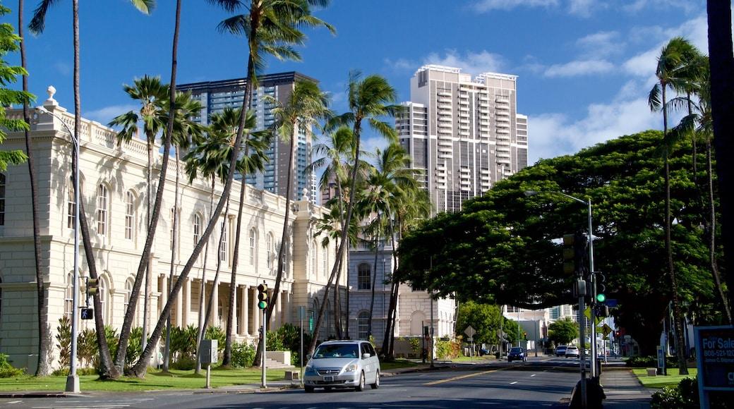 Downtown Honolulu showing street scenes