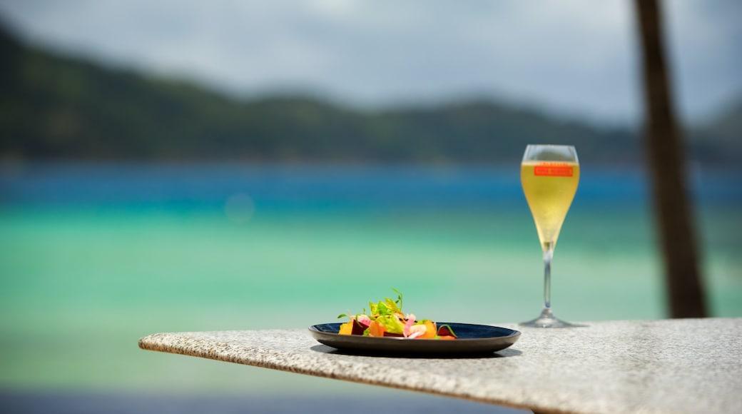 Hamilton Island which includes outdoor eating, a beach bar and a bar