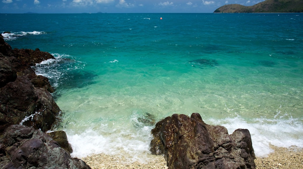 Daydream Island showing rugged coastline, a pebble beach and landscape views