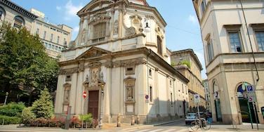 Milano og byder på en kirke eller en katedral, historiske bygningsværker og gadeliv