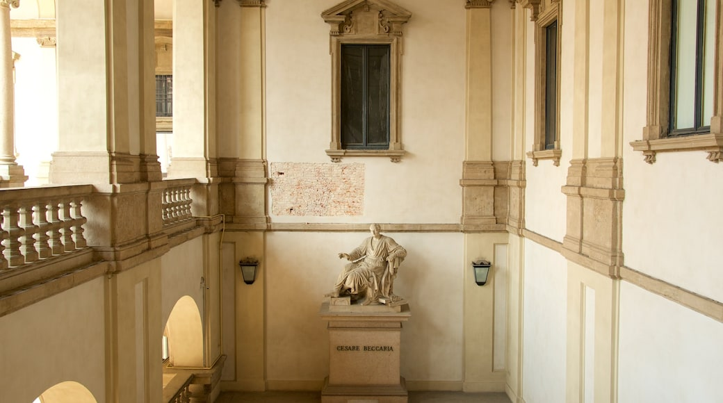 Pinacoteca di Brera que incluye arquitectura patrimonial, vistas de interior y una estatua o escultura