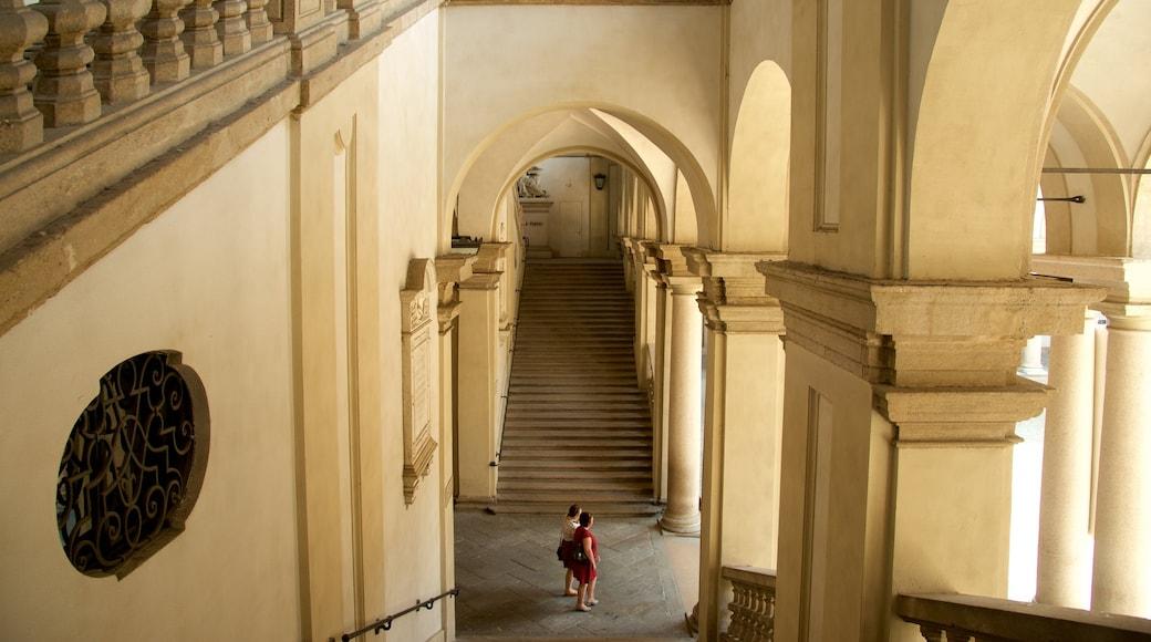 Pinacoteca di Brera que incluye arquitectura patrimonial y vistas de interior y también una pareja