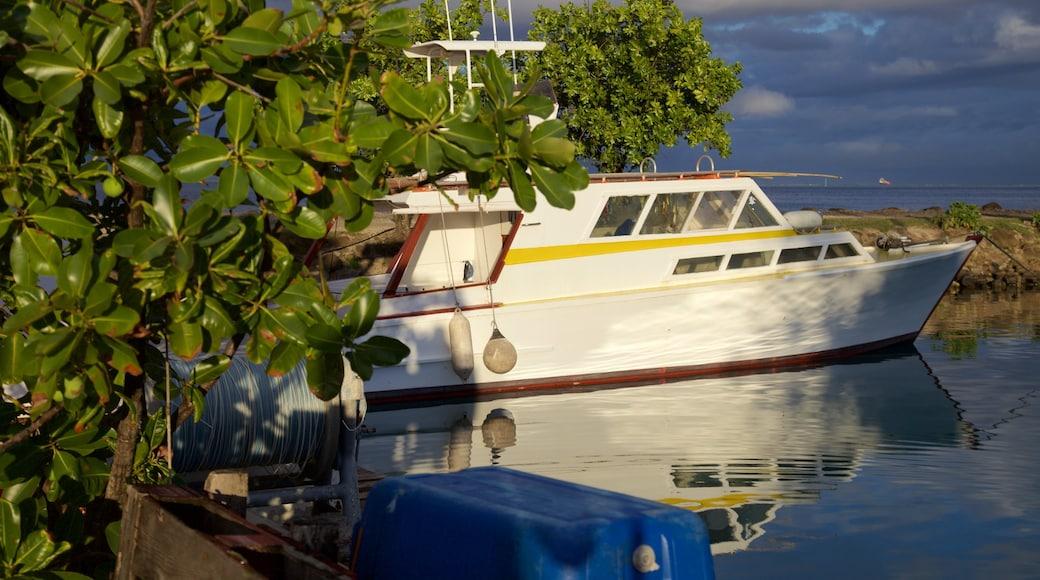 Raiatea Marina das einen allgemeine Küstenansicht und Bootfahren
