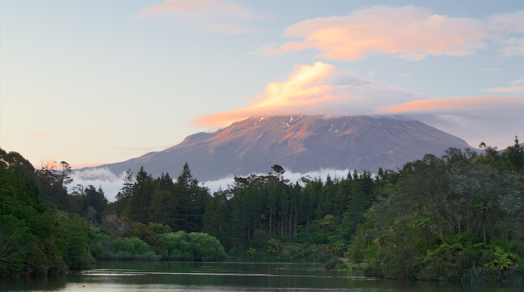New Plymouth showing a sunset, mountains and a lake or waterhole