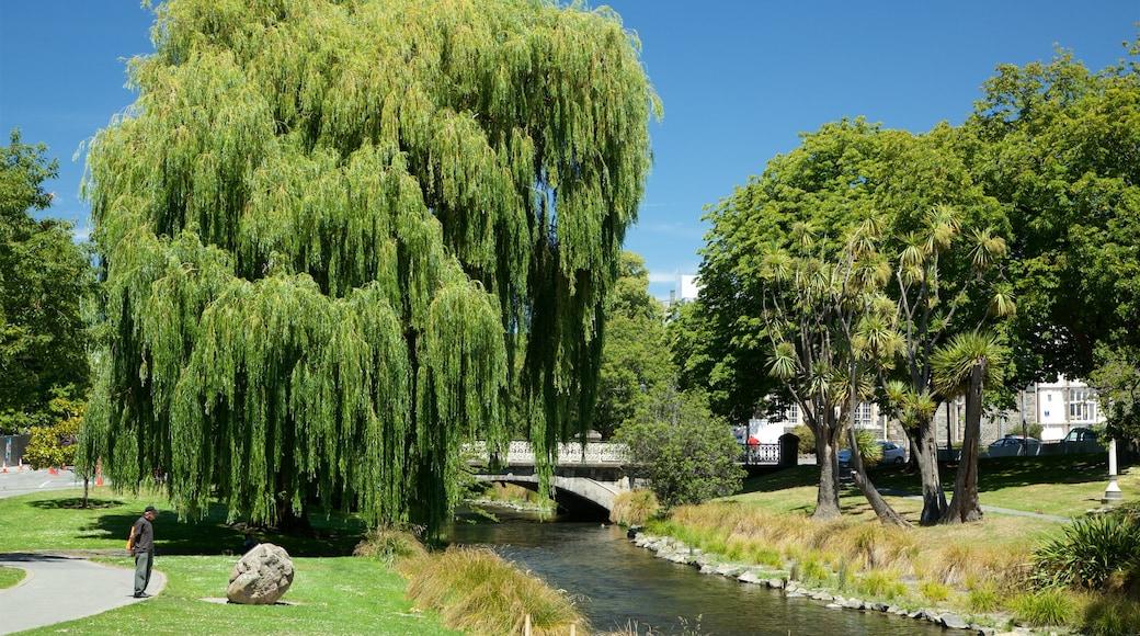 Victoria Square que incluye un río o arroyo y un puente