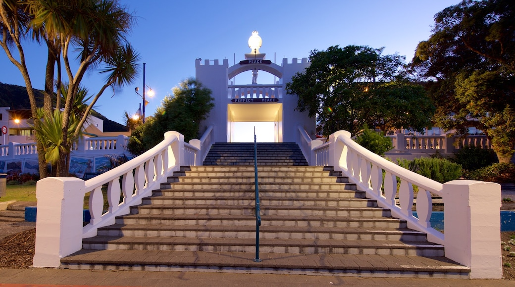 Picton War Memorial showing night scenes and heritage architecture