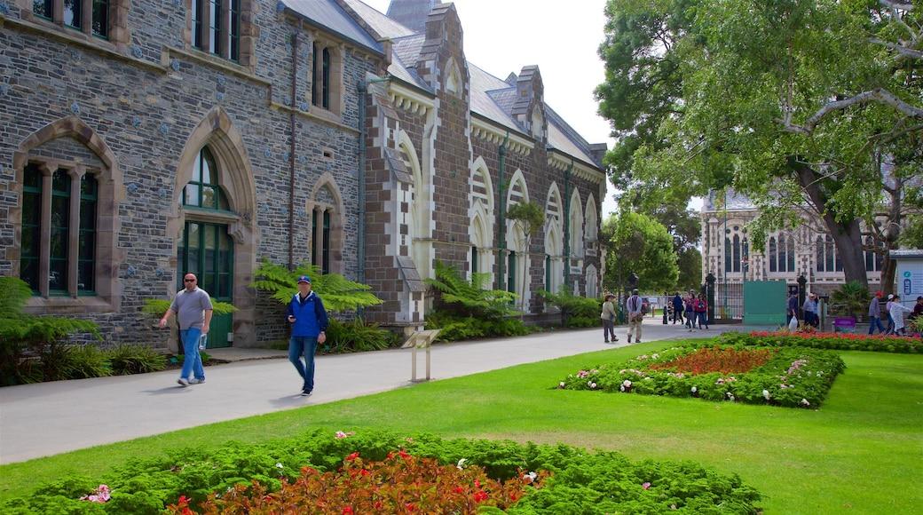 Canterbury Museum mostrando patrimonio de arquitectura y un parque y también un pequeño grupo de personas