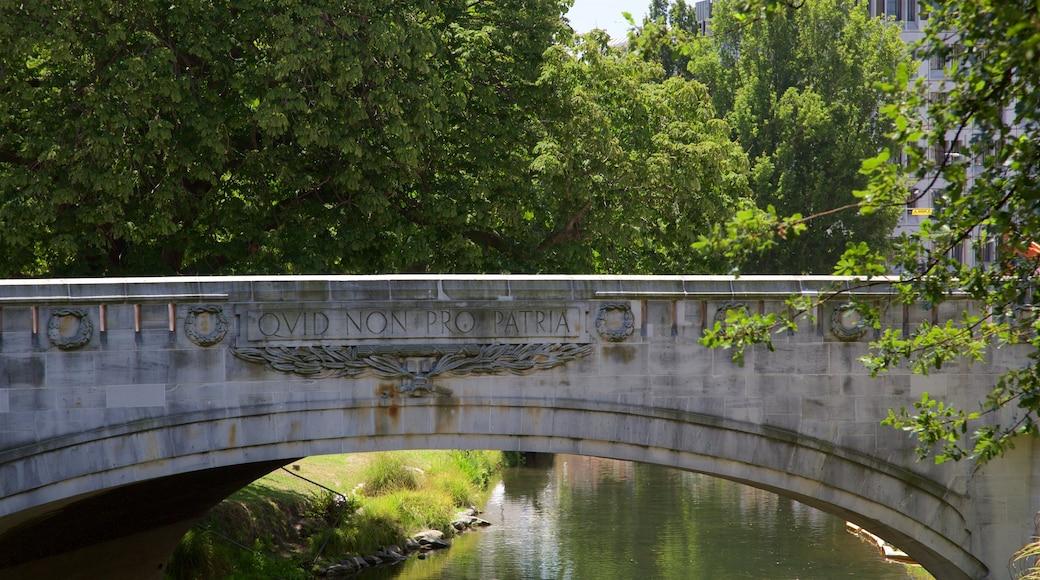 Bridge of Remembrance que incluye jardín, un puente y arquitectura patrimonial