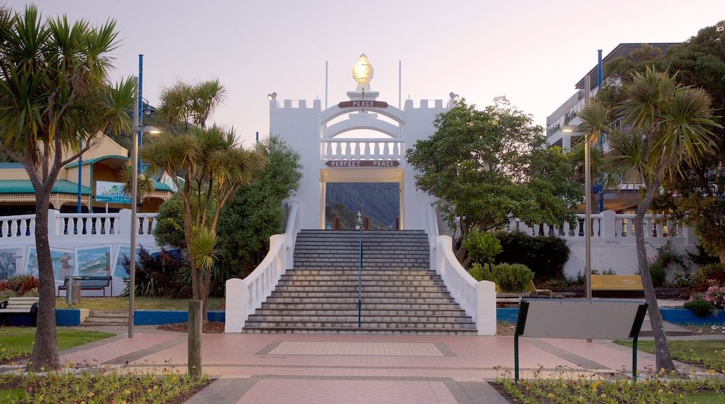 Picton War Memorial showing heritage architecture and a sunset