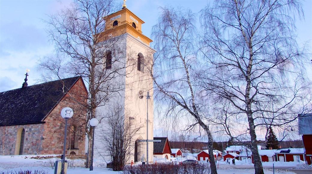 Gammelstads kyrka som visar en solnedgång, historiska element och snö